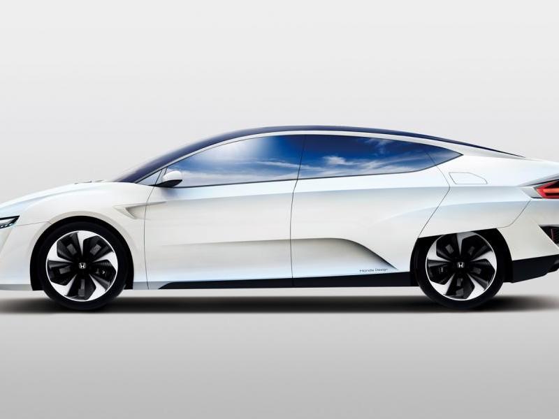 Белый Honda FCV, вид сбоку