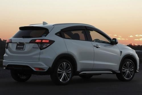 Белый Honda HR-V вид сбоку