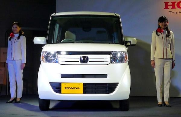 Белый Honda N-Box Splash, вид спереди