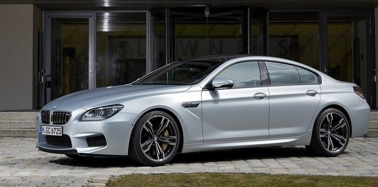 Серебристый BMW M6 2015 вид сбоку