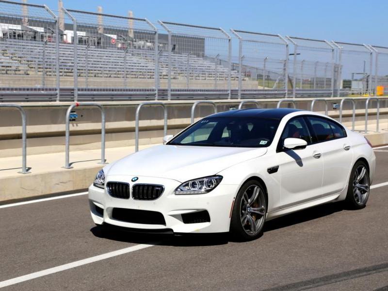 Белый BMW M6 2015