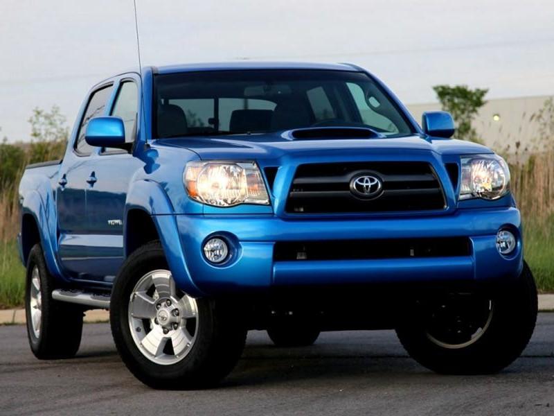 Синий пикап Toyota Tacoma 2015 вид спереди