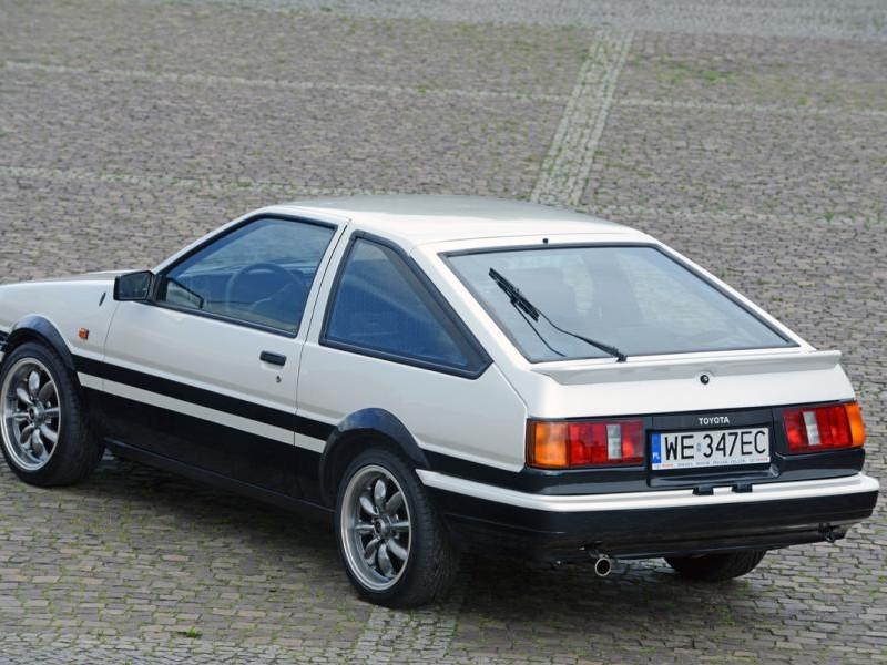 Серебристый хэтчбек Toyota AE86