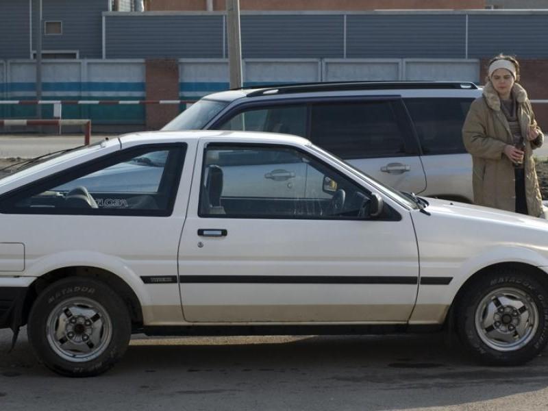 Белый хэтчбек Toyota AE86, вид сбоку