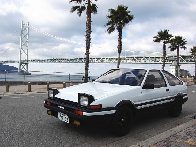 Белый хэтчбек Toyota AE86