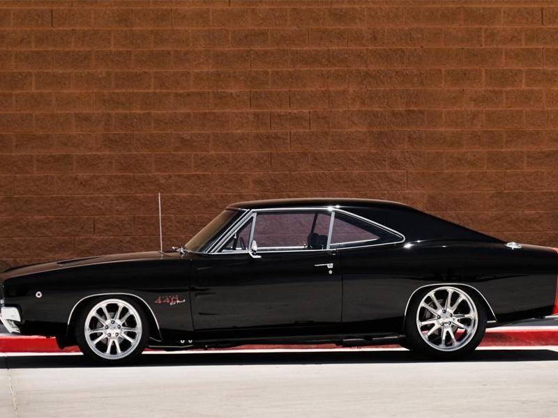 Черный Dodge Charger RT 1968 вид сбоку