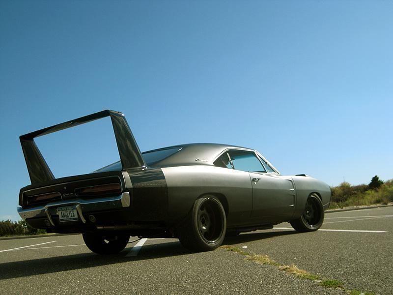 Серебристый Dodge Charger Daytona 1969