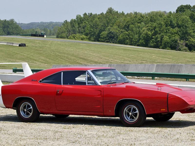 Красный Dodge Charger Daytona 1969 вид сбоку