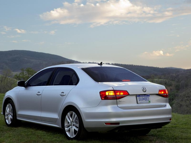 Белый седан Volkswagen Jetta 2015