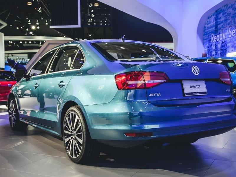 Седан Volkswagen Jetta 2015 вид сзади
