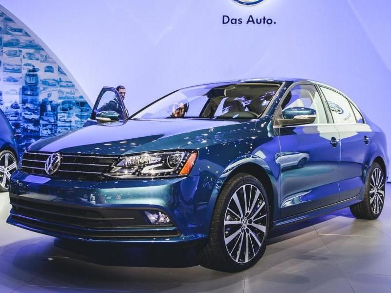 Синий седан Volkswagen Jetta 2015