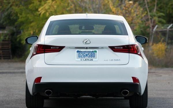 Белый Lexus IS250 AWD F Sport вид сзади