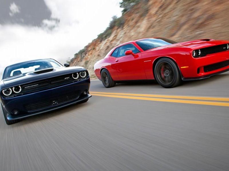 Красный и синий Dodge Challenger SRT Hellcat 2015