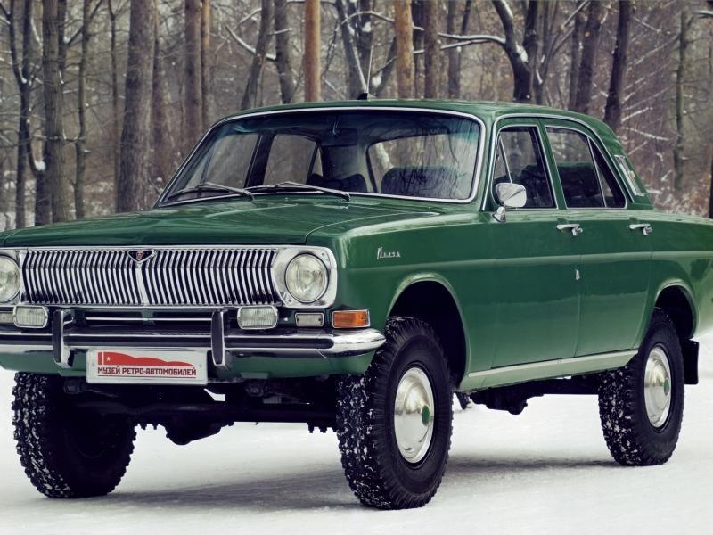 Зеленый GAZ Volga на больших колесах