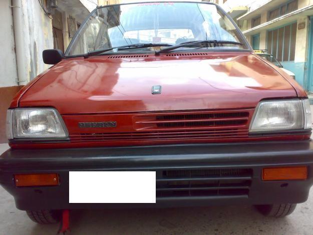 Красный хэтчбек Suzuki Mehran вид спереди