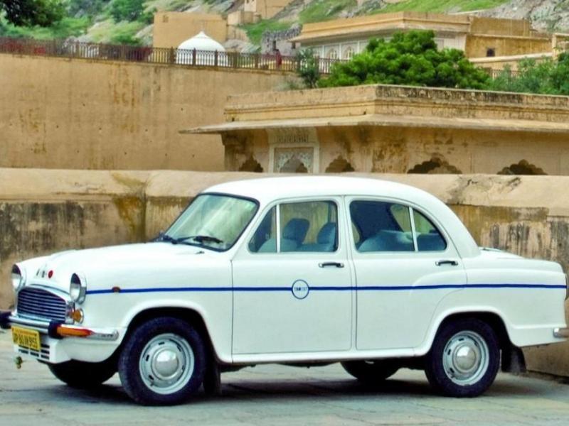 Белый седан Hindustan Ambassador вид сбоку