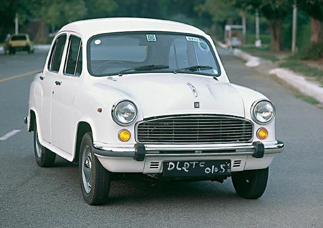 Белый Hindustan Ambassador, вид спереди
