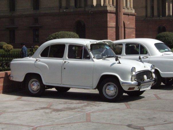 Белый седан Hindustan Ambassador, вид сбоку