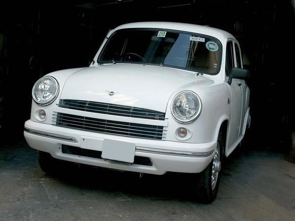 Белый Hindustan Ambassador вид спереди
