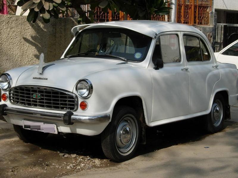 Белый седан Hindustan Ambassador