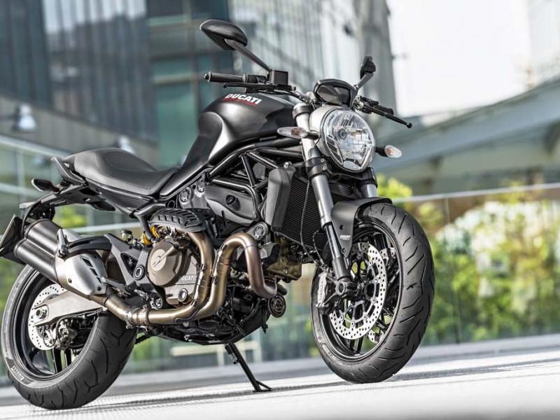 Черный мотоцикл Ducati Monster 821