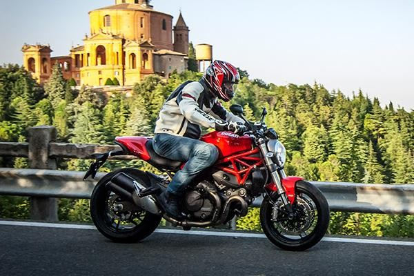 Мотоцикл Ducati Monster 821 на трассе