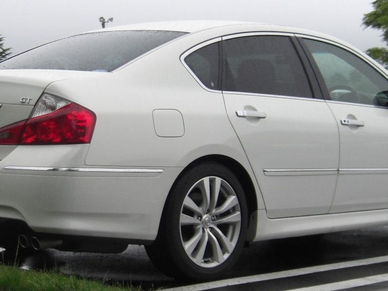 Белый седан Nissan Fuga GT