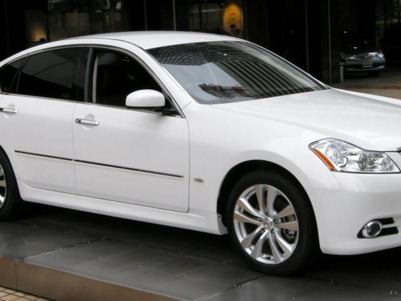 Белый седан Nissan Fuga
