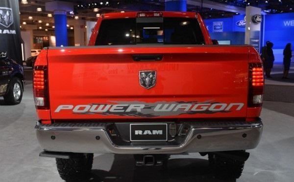 Красный пикап Dodge Ram Power Wagon вид сзади