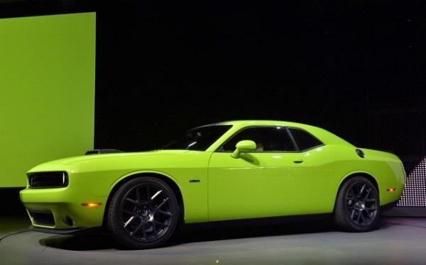 Зеленый маслкар Dodge Challenger 2015