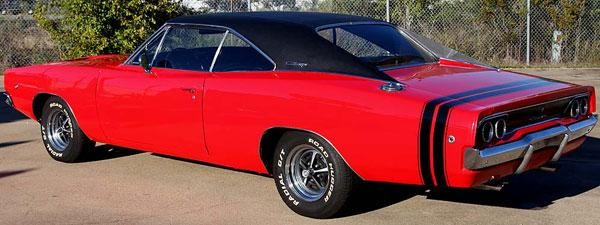 Красный маслкар Dodge Charger 440 1968 вид сбоку