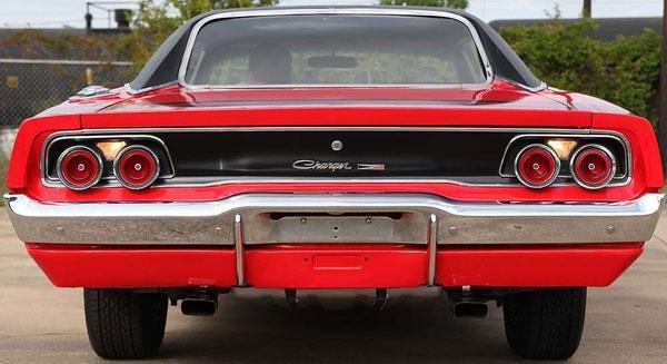 Красный Dodge Charger 440 1968 вид сзади