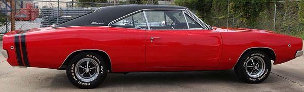 Красный Dodge Charger 440 1968 вид сбоку
