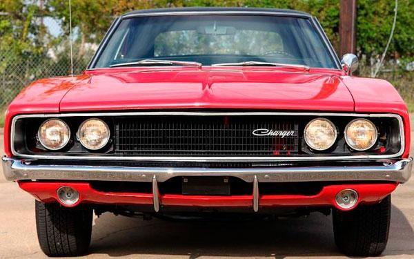 Красный Dodge Charger 440 1968 вид спереди