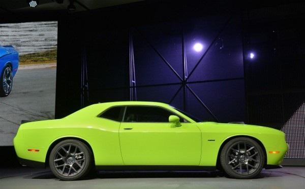 Зеленый маслкар Dodge Challenger 2015 вид сбоку