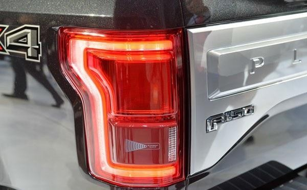 Задняя фара черного Ford F-150 2015