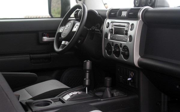 Интерьер Toyota FJ Cruiser 2015