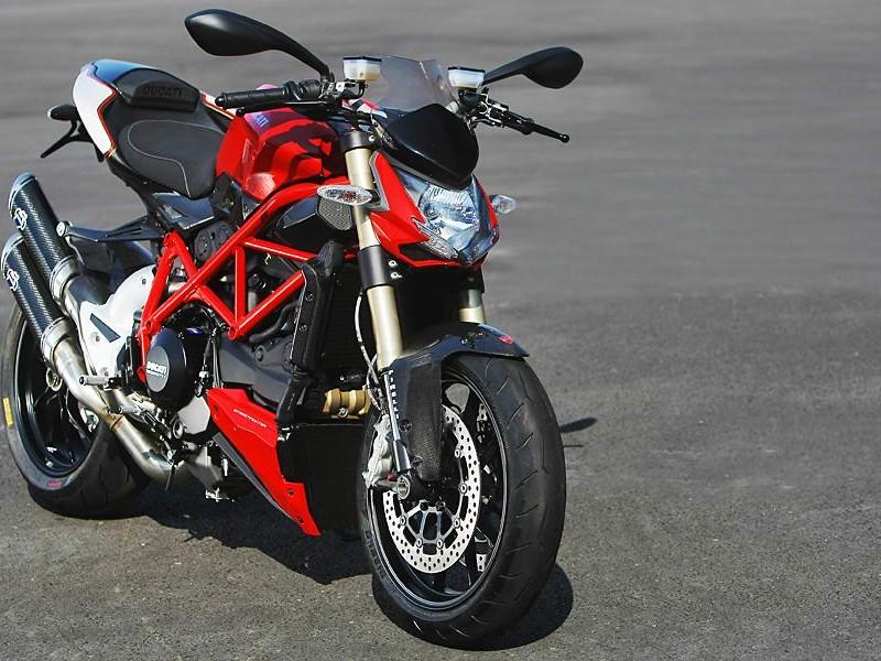 Красный мотоцикл Ducati Streetfighter 848 вид спереди