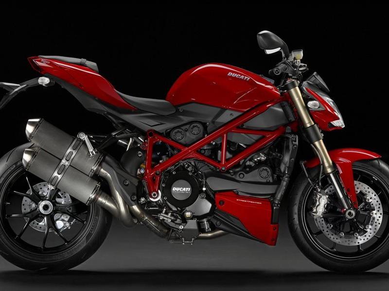 Красный мотоцикл Ducati Streetfighter 848, вид сбоку