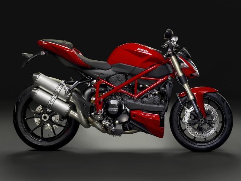 Красный мотоцикл Ducati Streetfighter 848 вид сбоку