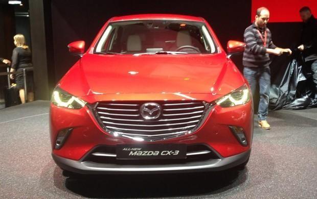 Красный кроссовер Mazda CX-3 2015 вид спереди