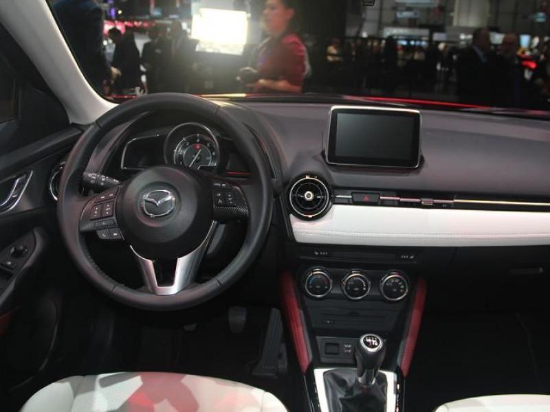 Интерьер кроссовера Mazda CX-3 2015