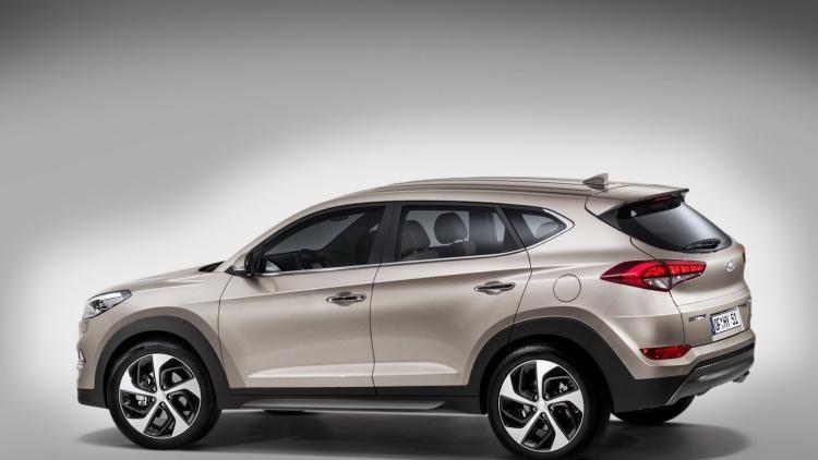 Серебристый кроссовер Hyundai Tucson 2015 вид сбоку