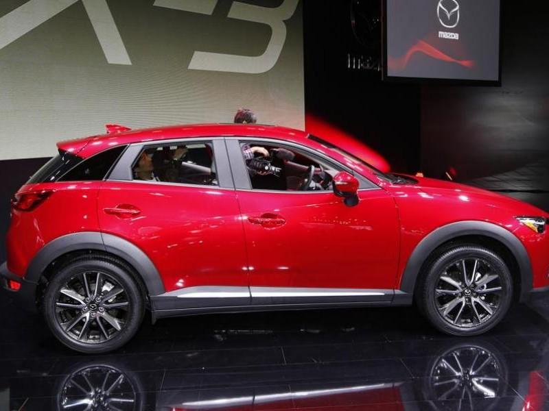 Красный кроссовер Mazda CX-3 2015 вид сбоку