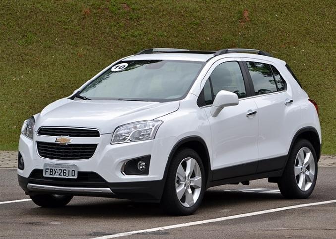Белый кроссовер Chevrolet Tracker 2015