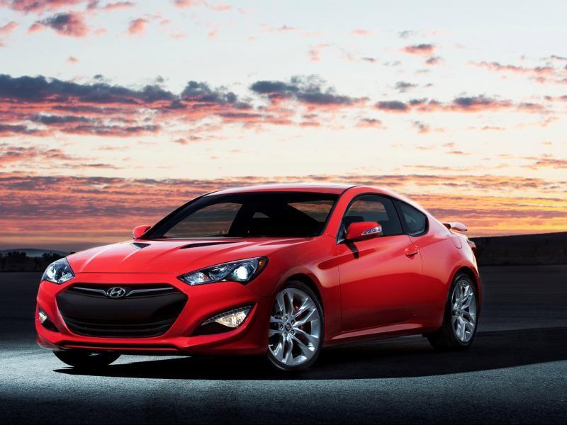 Красный купе Hyundai Genesis 2015