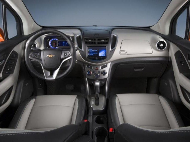 Интерьер кроссовера Chevrolet Tracker 2015