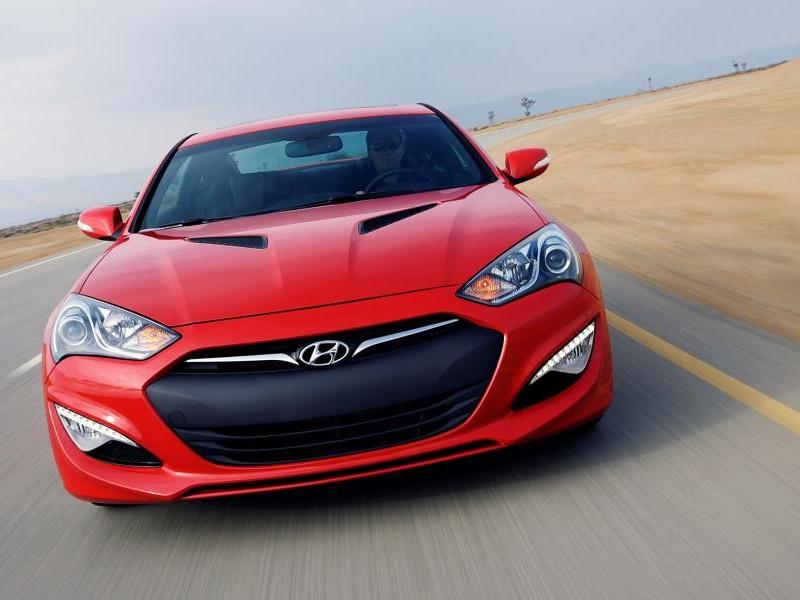 Красный Hyundai Genesis Coupe 2015 вид спереди