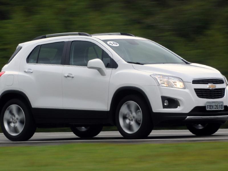 Белый кроссовер Chevrolet Tracker 2015 вид сбоку