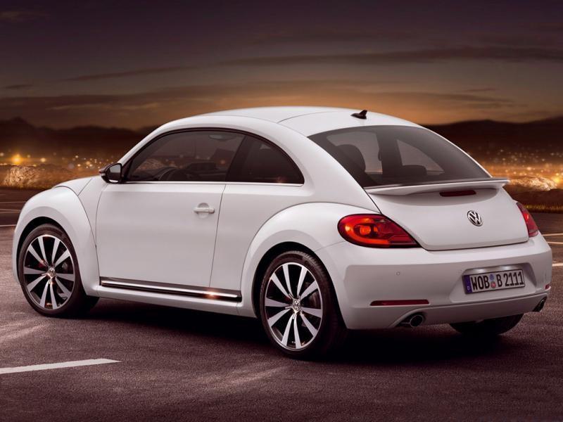 Белый хэтчбек Volkswagen Beetle 2015